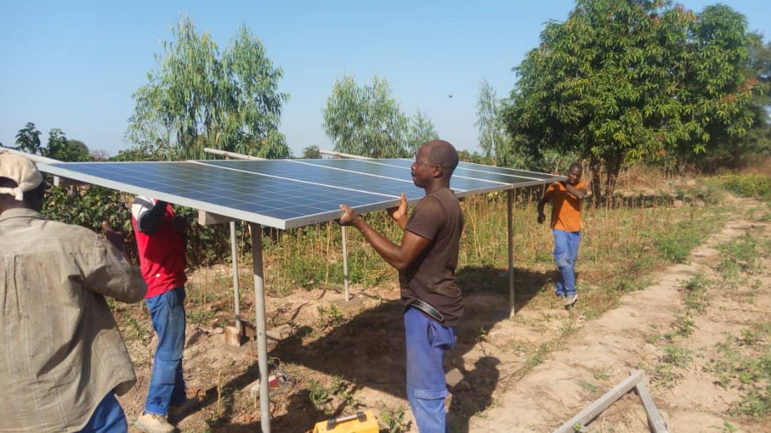 Au Burkina Faso, une productrice d'oignons adopte le concept de ferme agri-solaire